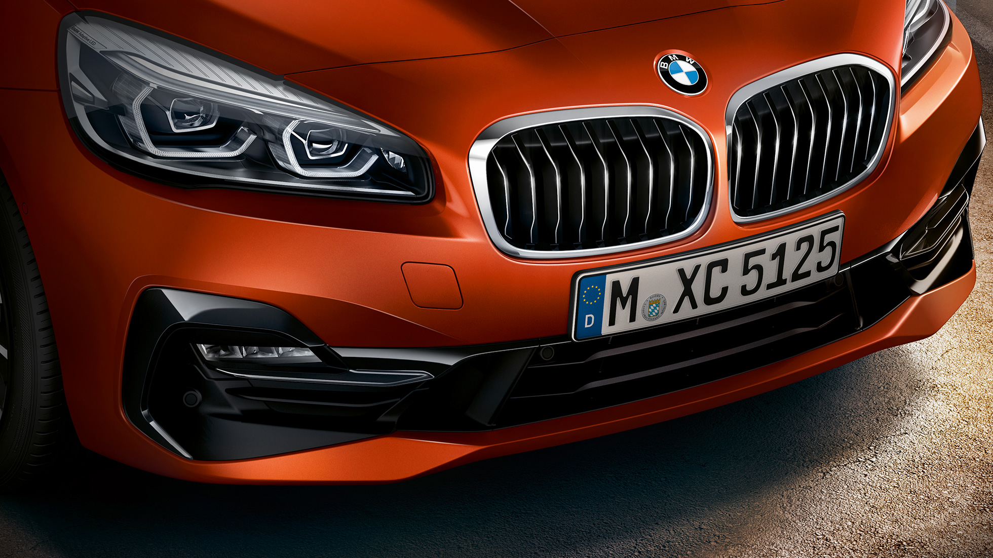 Dubbelnjure BMW 2-serie Active Tourer F45 2018 Sunset Orange metallic närbild front