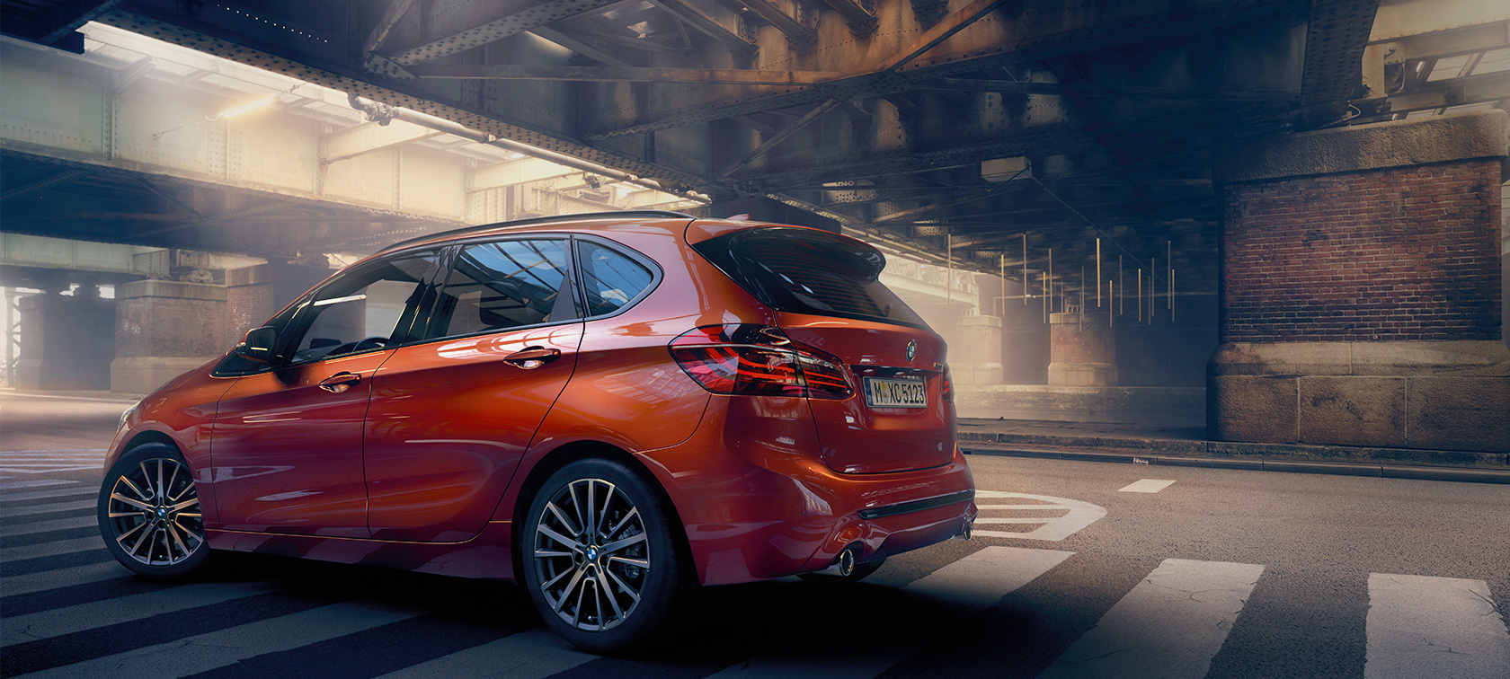 BMW 2-serie Active Tourer F45 Facelift 2018 Sunset Orange metallic sedd från sidan stående i en hall