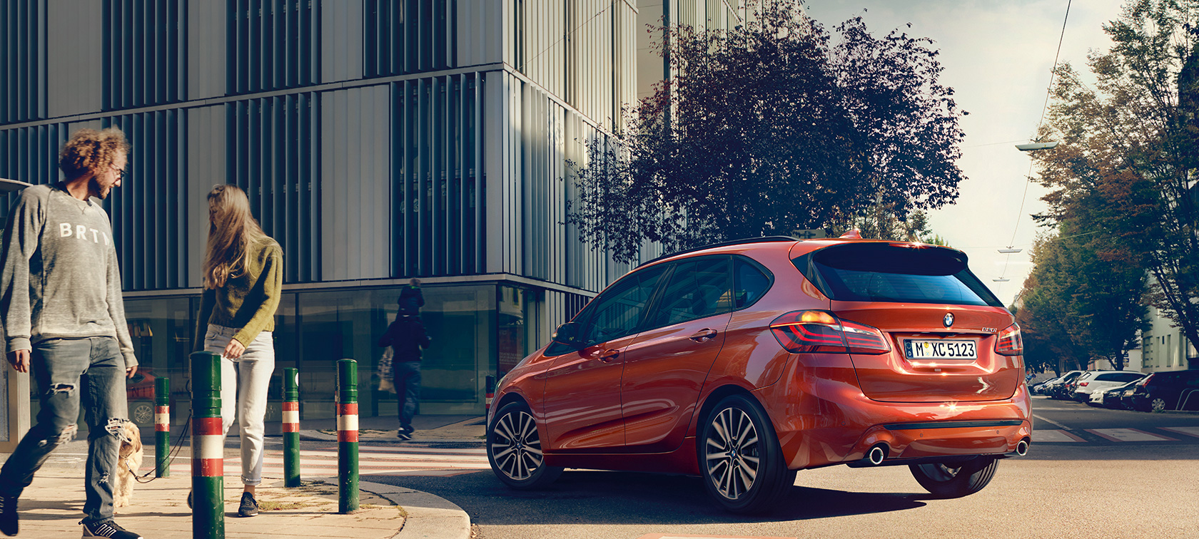 BMW 2-serie Active Tourer 220i F45 Facelift 2018 Sunset Orange metallic sedd snett bakifrån körandes på väg